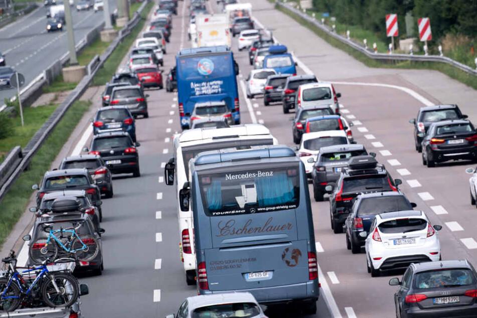 35-Jähriger stirbt bei Auffahrunfall auf der A8, Verkehr staut sich kilometerweit