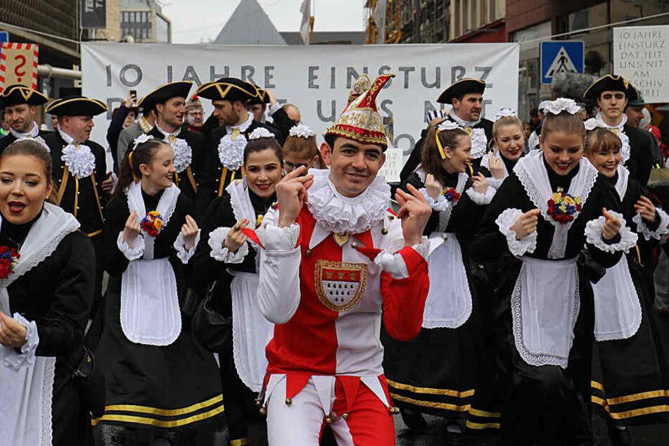 Ein Tanzgruppe erinnert am Rande der Schull- un Veedelszöch mit einer Einlage an der Einsturzstelle des Kölner Stadtarchivs an das Ereignis vor 10 Jahren.