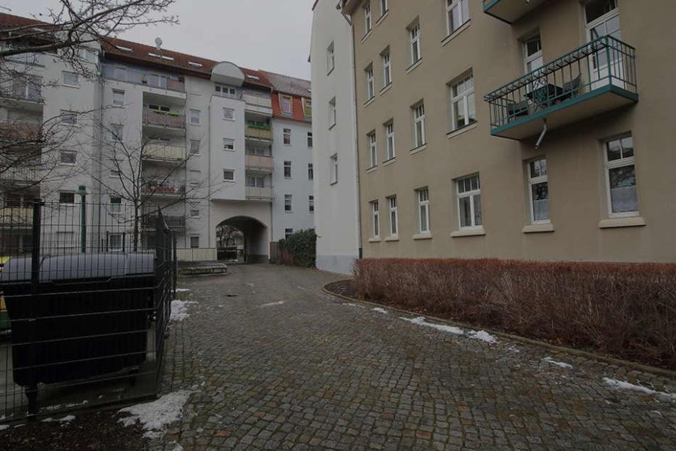 In diesem Hinterhof in Striesen geschah die Flaschen-Attacke.
