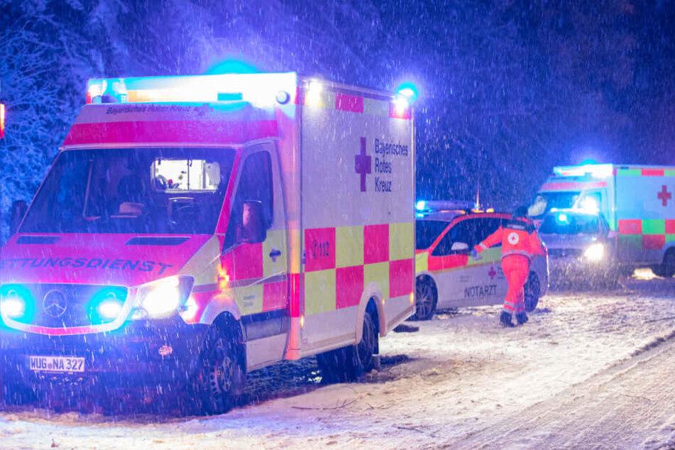 Die Rettungskräfte mussten auf der Bundesstraße 2 den Verletzten helfen.