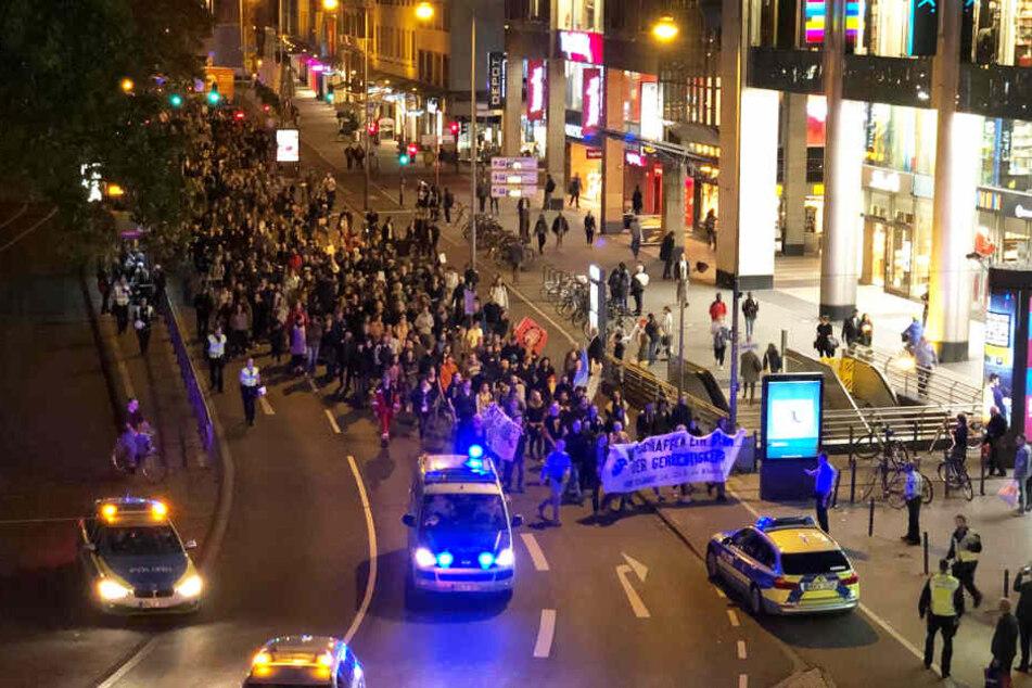 In Köln hat sich eine unangekündigte Demonstration am Neumarkt gebildet.