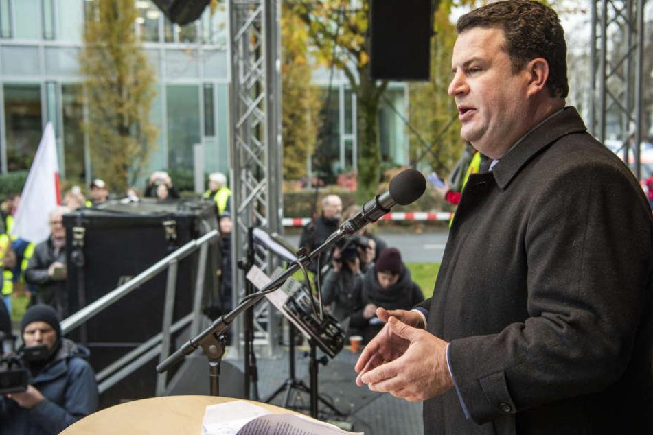 Hubertus Heil (SPD), Minister für Arbeit und Soziales, sprach zu den Streikenden in Düsseldorf.