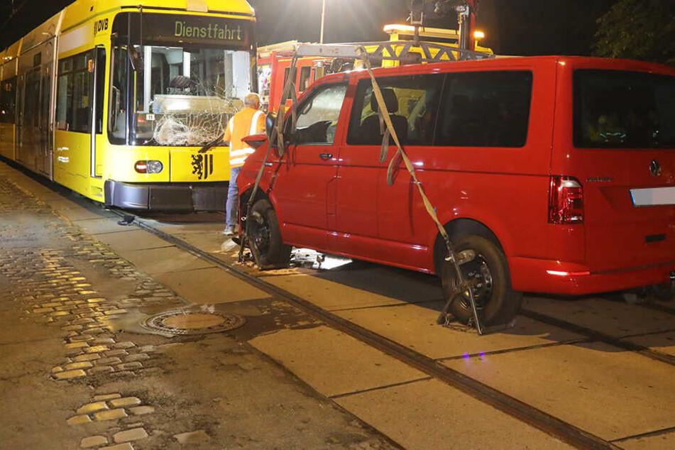 Schlimmer Unfall in Dresden! Frau kracht mit VW Bus frontal in Straßenbahn