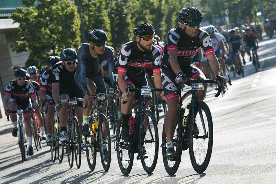 """Etwa 11.000 Radsportler waren bei der """"schnellsten Stadtrundfahrt"""" in Berlin dabei."""