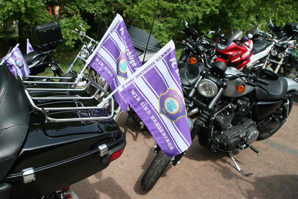 Mit 5000 PS ins Frankenland. 4000 Fans wollen ihren FC Erzgebirge in Nürnberg unterstützen. Darunter auch eine Biker-Formation mit 54 Motorrädern.