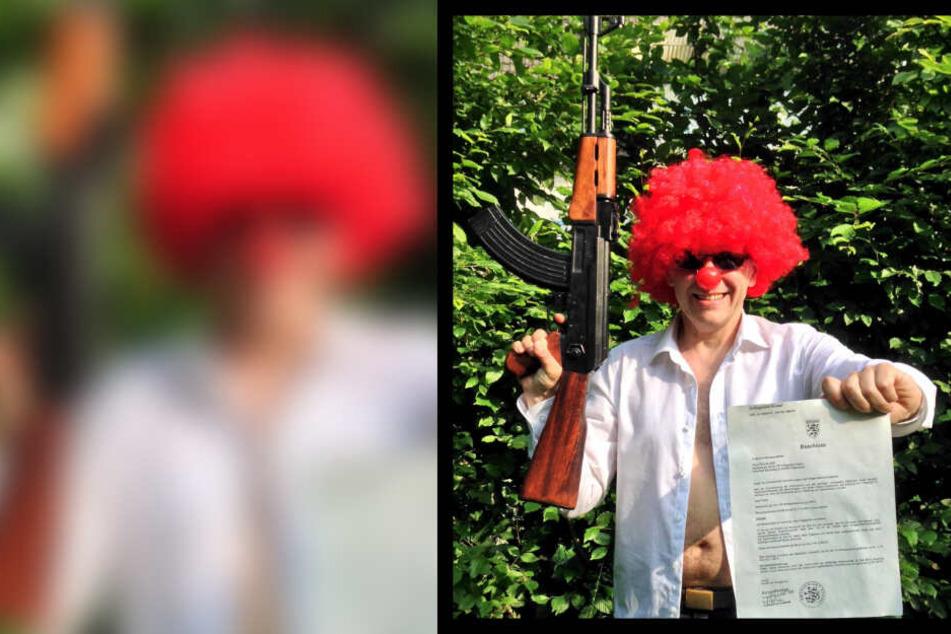 Was soll das? Clown posiert mit Gewehr und Gerichts-Schreiben