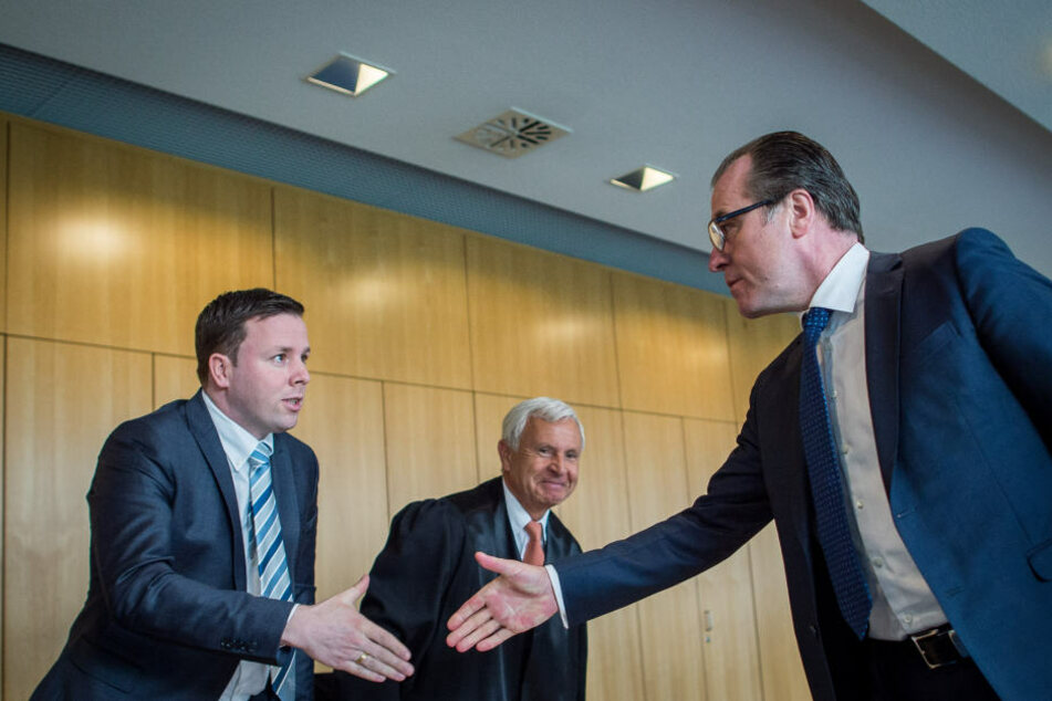 Im Frühjahr gaben sich Robert (rechts) und Clemens Tönnies (links) vor den Augen von Roberts Anwalt (Mitte) noch die Hand. Jetzt ist das schon wieder vergessen.