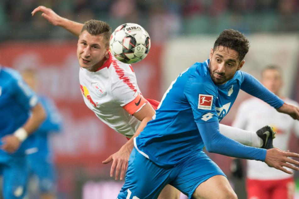 Es wurden intensive Zweikämpfe geführt: Leipzigs Willi Orban (links im Bild) mit einer Flugshow gegen Ishak Belfodil.