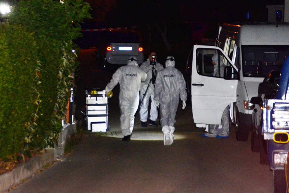 Ermittler suchen den Tatort in Nürtingen nach Spuren ab.