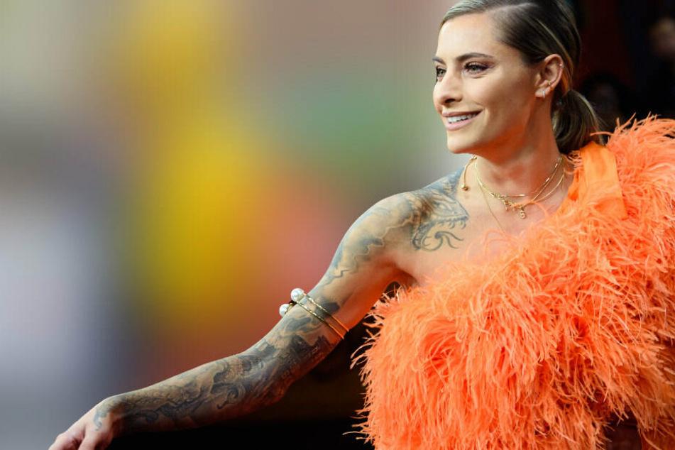 Sophia Thomalla zeigt sich im sexy Feder-Dress, doch ihre Fans sehen etwas anderes