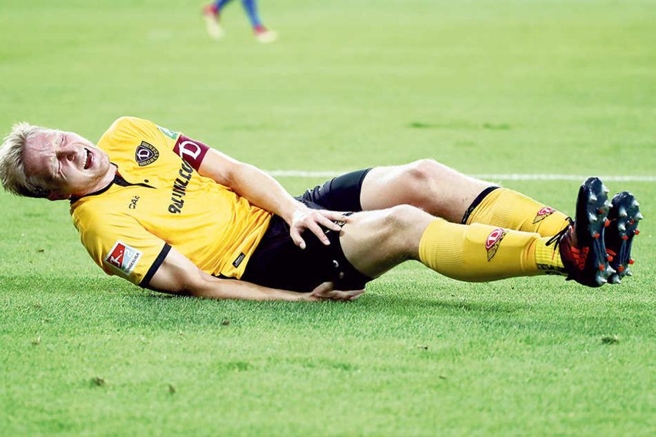 Der Kapitän mit schmerzverzerrtem Gesicht am Boden! Gleich im Saisonauftaktspiel gegen den MSV Duisburg verletzte sich Marco Hartmann.