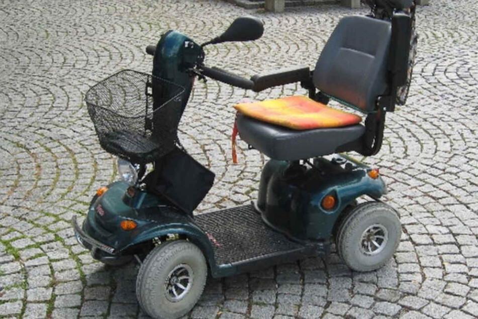 Mit einem solchen motorisierten Krankenfahrstuhl fuhr die Rentnerin den Jungen an. (Symbolbild)
