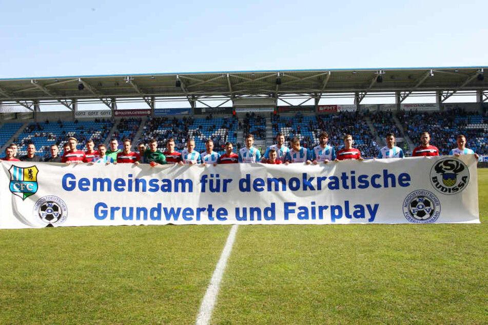 Richtig so! Die Chemnitzer und Bautzner Spieler versammelten sich gemeinsam hinter diesem Transparent.
