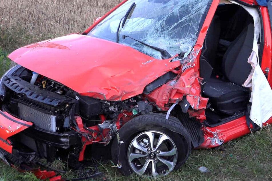 Schwerer Unfall: Mutter und ihr Kind (13 Monate) krachen mit Hyundai frontal in Jeep