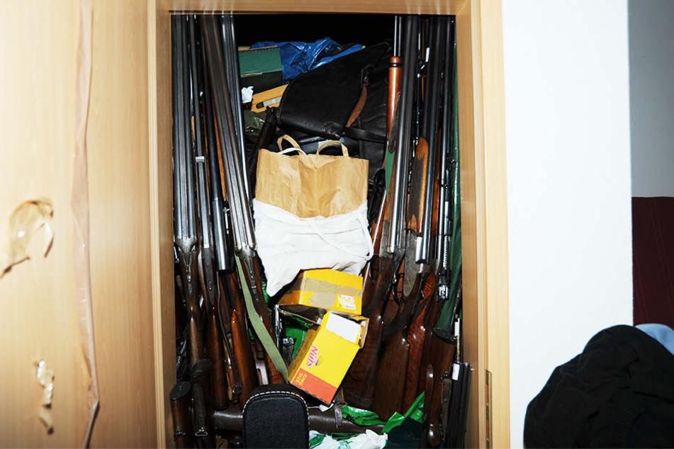 Auch einen Schrank packte der 52-Jährige mit Gewehren voll.