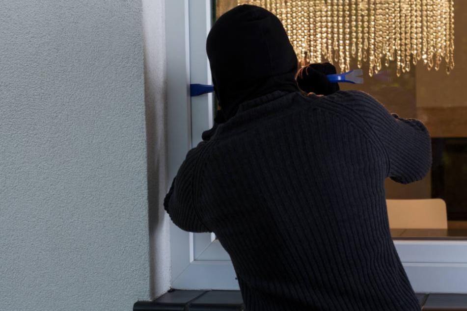 Bei dem letzten Vorfall kam der Einbrecher durch das Fenster. (Symbolbild)