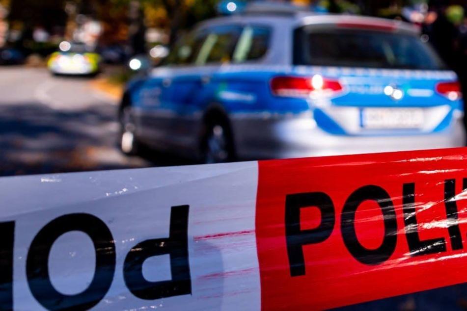 Bei seiner waghalsigen Flucht demolierte der Teenie (15) außer einem Linienbus auch ein Polizeiauto. (Symbolbild)