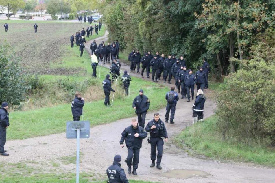 Die Einsatzkräfte durchkämmen das Gebiet rund um den IKEA in Günthersdorf.