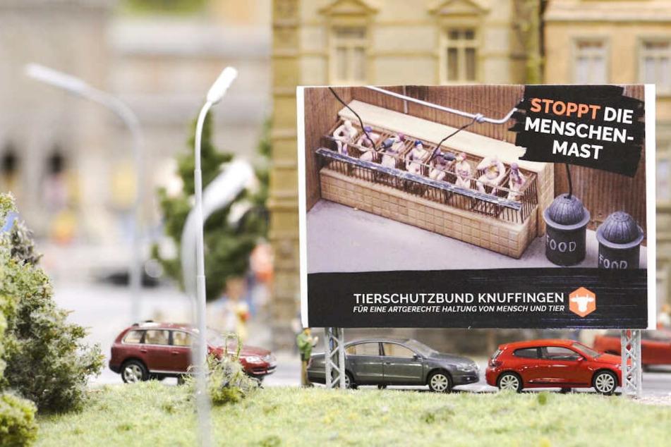 Die Tierschutz-Plakate hängen in Miniatur-Format in dem Museum in der Hamburger Speicherstadt.