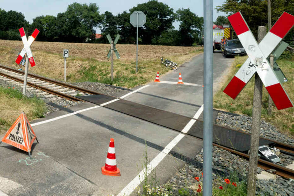 Der Mann hatte an einem Bahnübergang den Zug übersehen. (Symbolbild)