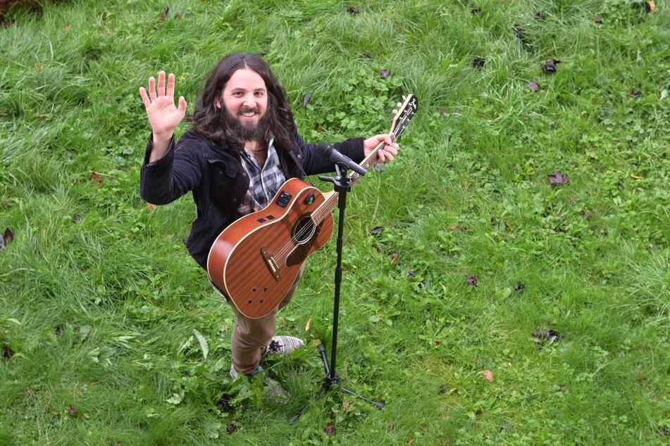 Der aus den USA stammende Musiker gibt Fenster-Konzerte für jedermann.
