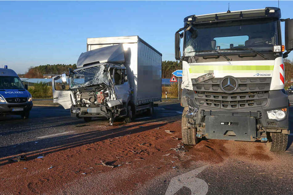 Zwei Lkw stießen an der Autobahn-Auffahrt in Ottendorf zusammen.
