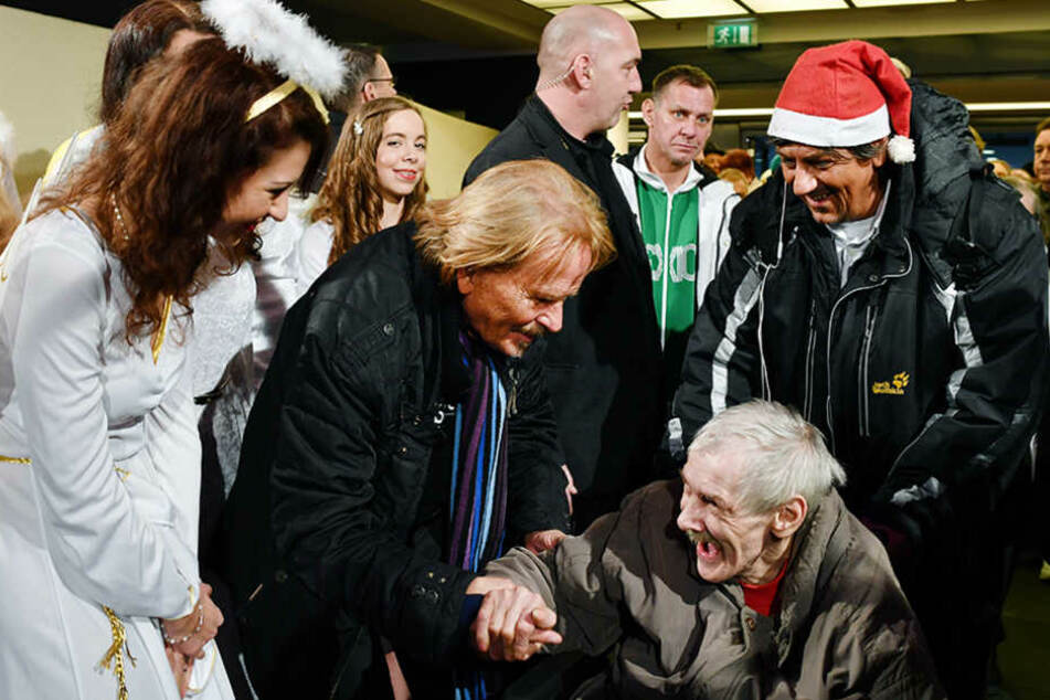 Der Sänger Frank Zander begrüßt Obdachlose und Bedürftige zu seiner traditionellen Weihnachtsfeier für rund 3000 Teilnehmer.