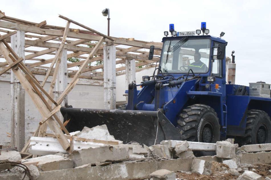 """Mit einem Radlader wurde ein """"getroffenes"""" Gebäude größtenteils abgerissen."""