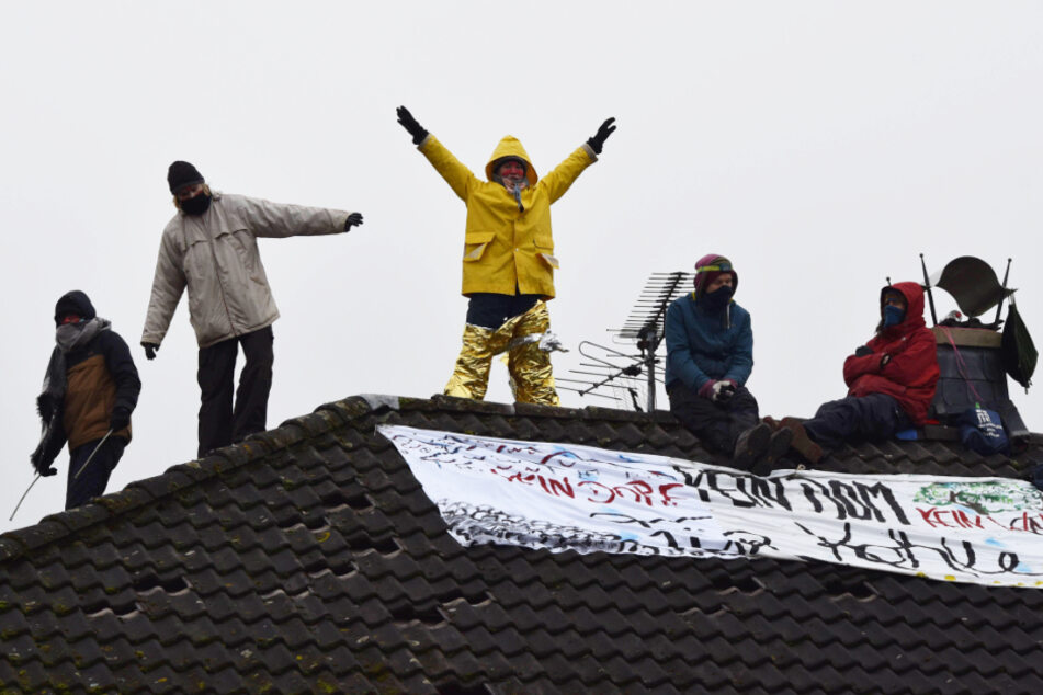 Aktivisten protestieren auf Dach gegen Braunkohle-Tagebau