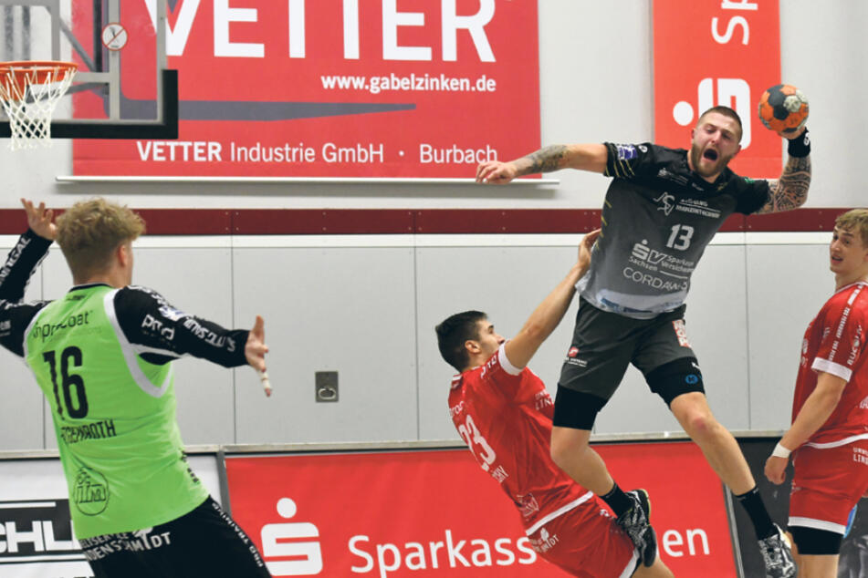 Mindaugas Dumcius (r.) ist hochgestiegen, zieht ab und erzielt eines seiner insgesamt fünf Tore.
