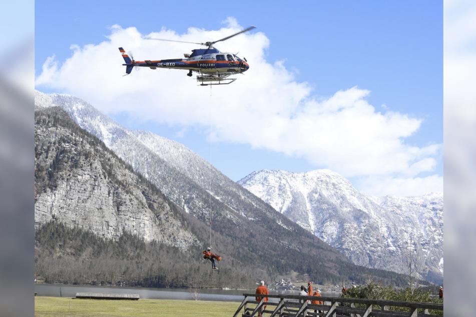 Ein Hubschrauber und Einsatzkräfte im Einsatz.