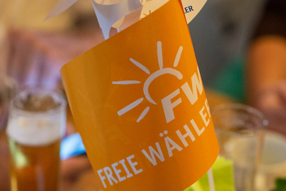 Das Symbol der freien Wähler ist auf einem Fähnchen gedruckt.