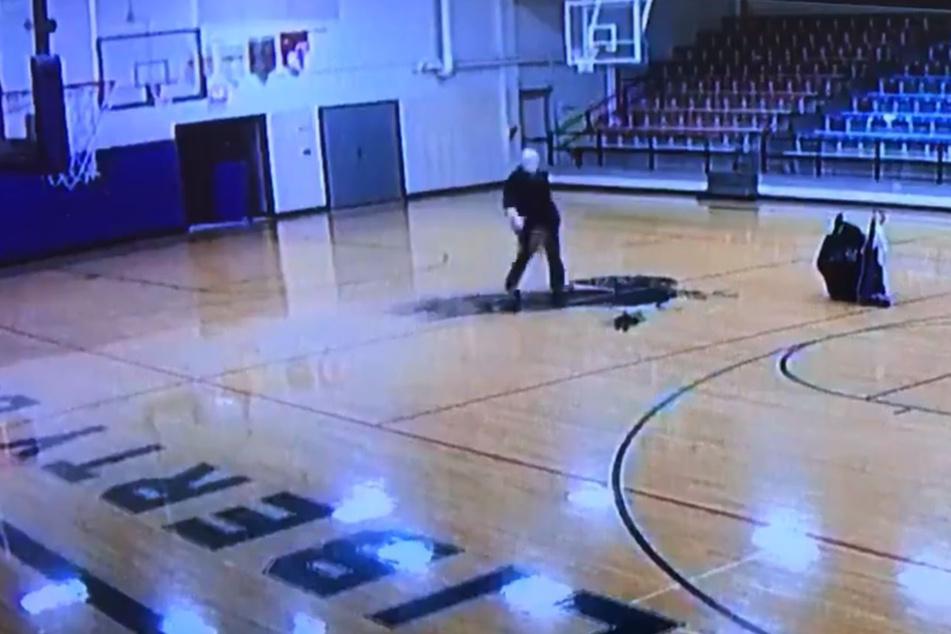 Der Hausmeister schnappte sich locker einen Basketball.