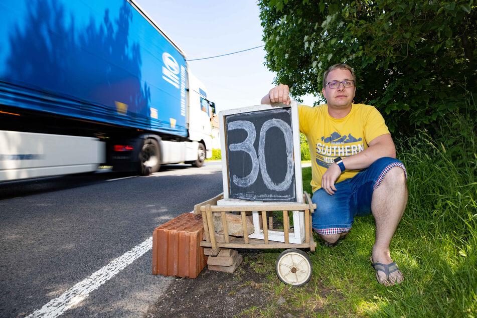 Enge Dorfstraßen, dicke Laster: Christoph Kürbis (33) fordert Tempo 30 fürs ganze Dorf.