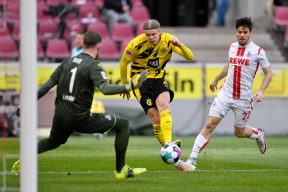 Dortmunds Erling Haaland (20, M. erzielte den Treffer zum 0:1 gegen Kölns Torwart Timo Horn (27, l.), rechts läuft Kölns Jorge Mere (23). Später schoss er für den BVB noch den späten 2:2-Ausgleich.