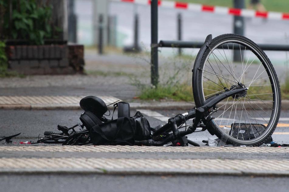 Ein zerstörtes Fahrrad liegt auf der Straße an der Kreuzung Greifswalder Straße/Prenzlauer Allee. Dort kam es am Freitagmorgen zu einem Verkehrsunfall zwischen einer Radfahrerin und einem Betonmischer.