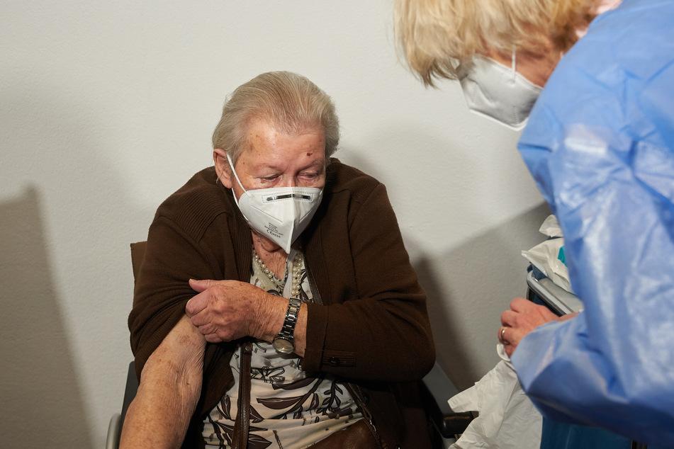 Vollständig geimpfte Bewohner von Seniorenpflegeheimen dürfen sich demnächst wieder untereinander ohne Maske und Mindestabstand treffen. (Archivbild)