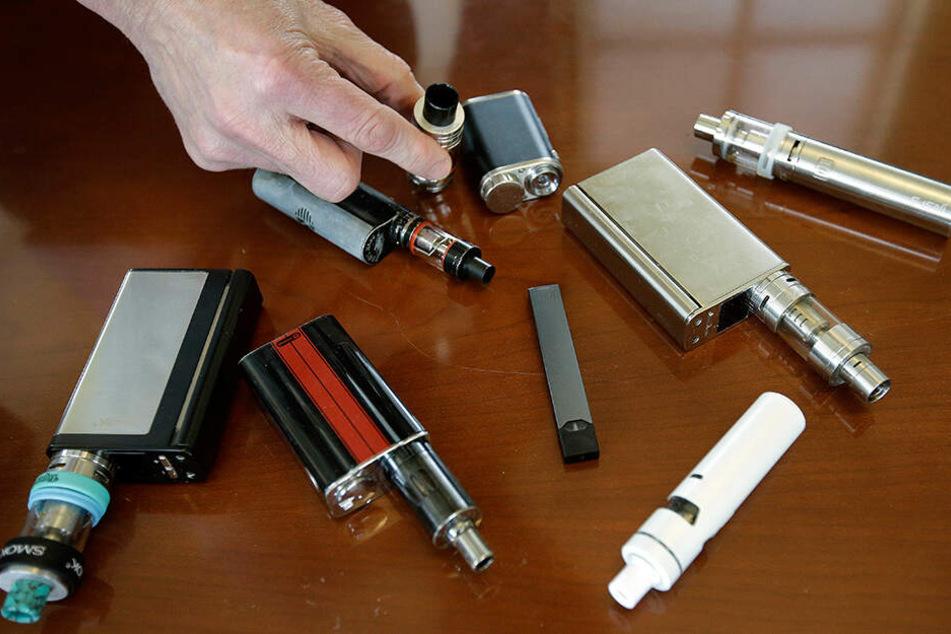Welche Inhaltsstoffe in E-Zigaretten stecken, wird in Deutschland strenger kontrolliert als in den USA.