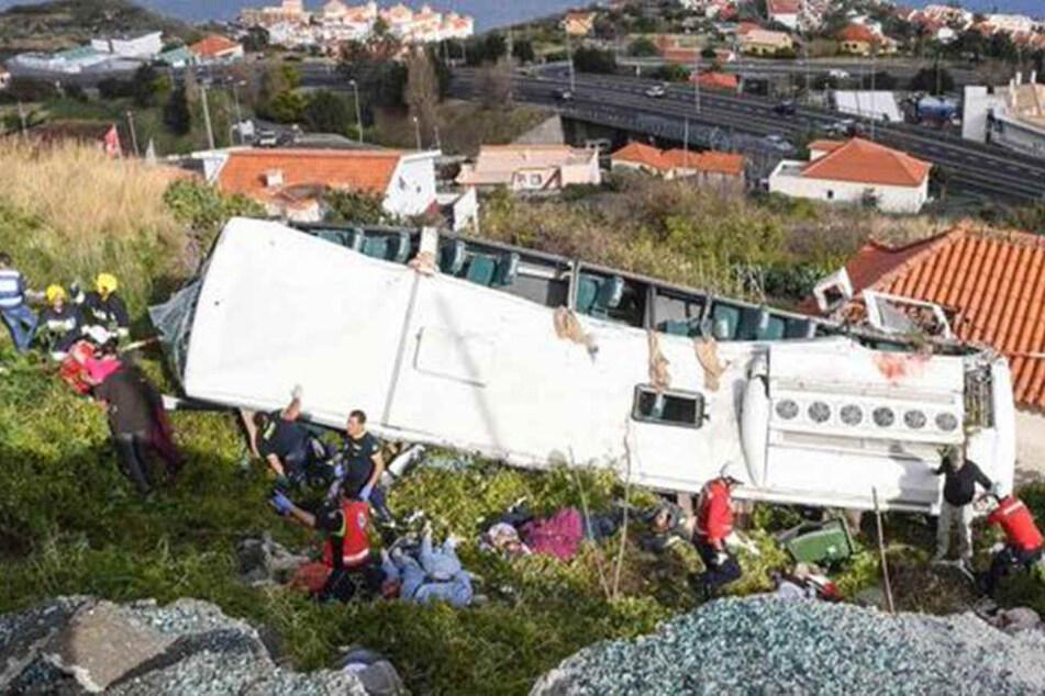 Der Reisebus stürzte eine Böschung hinab. Wie es zu dem schweren Busunglück kam, ist noch nicht bekannt.