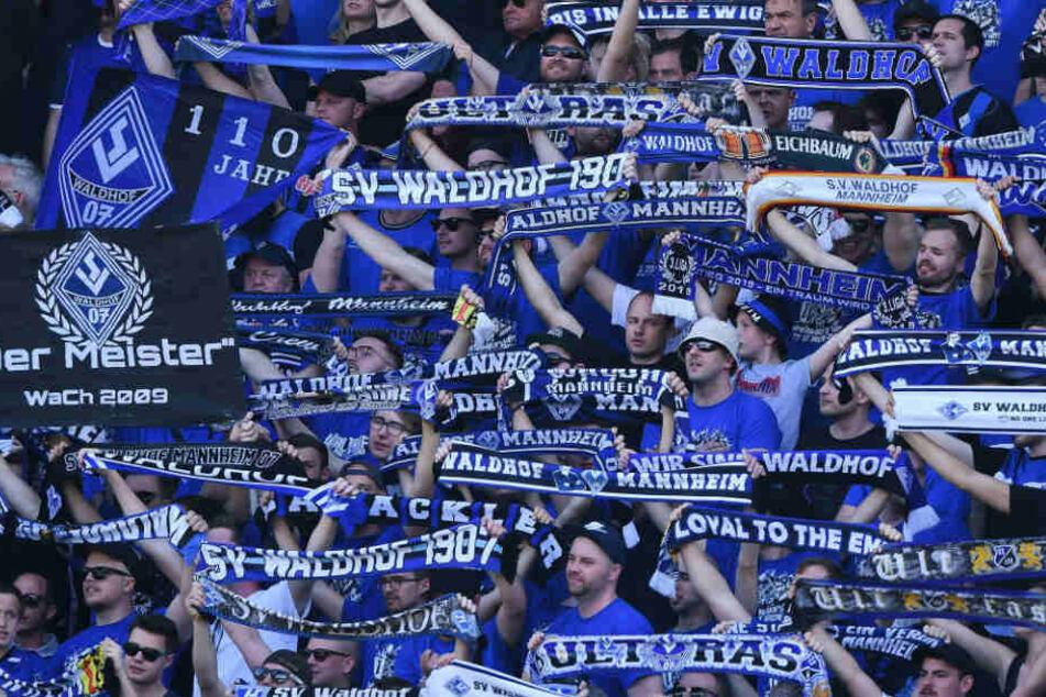 An die Fans beider Vereine (im Bild: Waldhof-Anhänger) wurde vor der Partie in Fanbriefen zu respektvollem Umgang miteinander gemahnt.