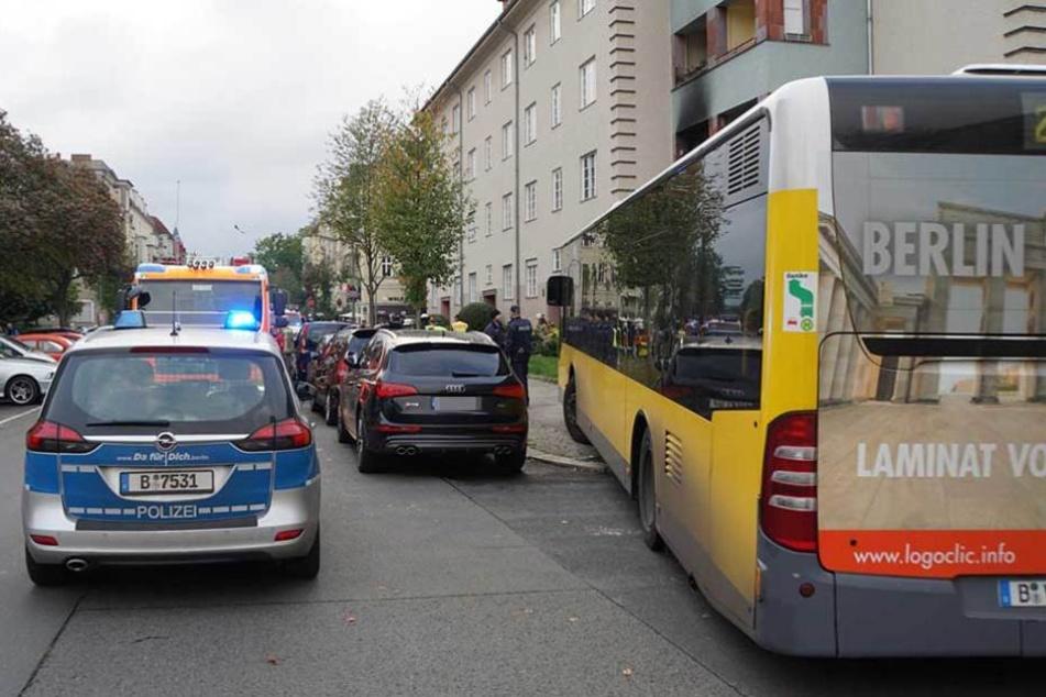 Der Linienbus musste auf den Gehweg ausweichen.