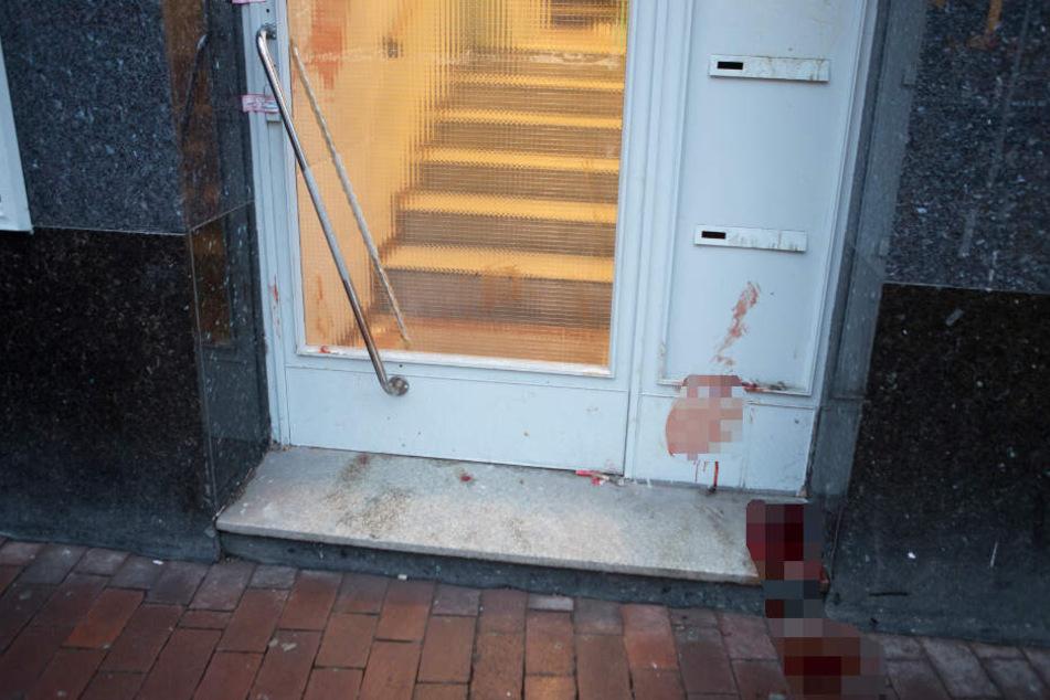 Blutflecken auf Boden und an Wänden zeugen von dem mutmaßlichen Gewaltverbrechen in Hamburg-Harburg.