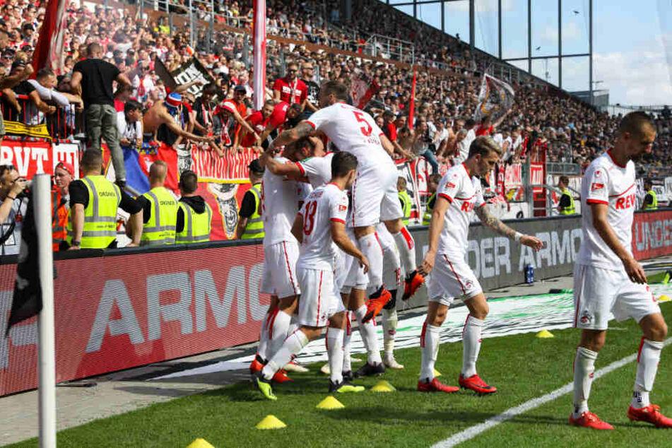 Die Kölner bejubeln das 3:2 durch Simon Terodde.