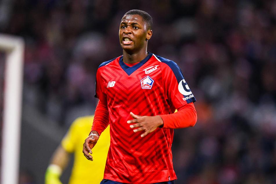 Der französische Linksverteidiger Fodé Ballo-Touré soll beim BVB auf der Liste stehen.