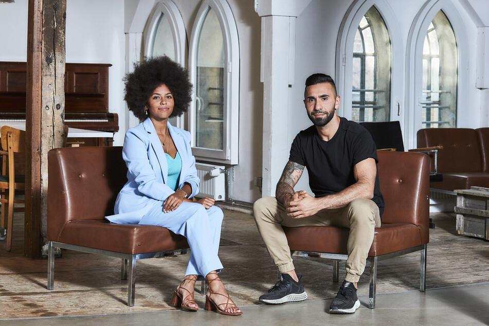 """Aminata Belli (l.) und Mohamed El Moussaoui (""""MoTrip"""") führen zusammen durch """"deep und deutlich. Eine NDR Talk Show""""."""