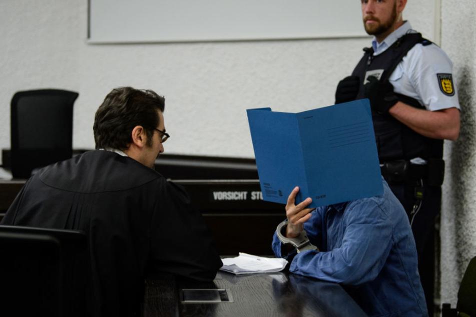 Der 24-Jährige (rechts) soll nach dem Willen der Stuttgarter Generalstaatsanwaltschaft zu zwei Jahren Haft verurteilt werden.