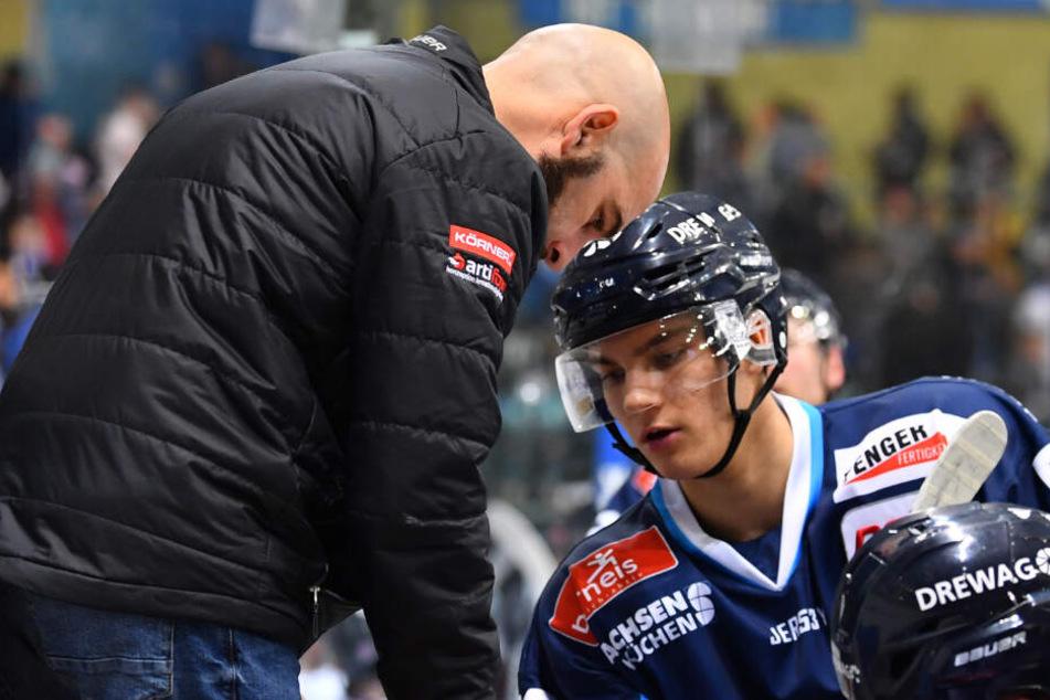 Eislöwen-Coach Rico Rossi (l.) weiß, dass auf den jungen Verteidiger Lucas Flade (r.) verlass ist. Die Anweisungen setzt der um.