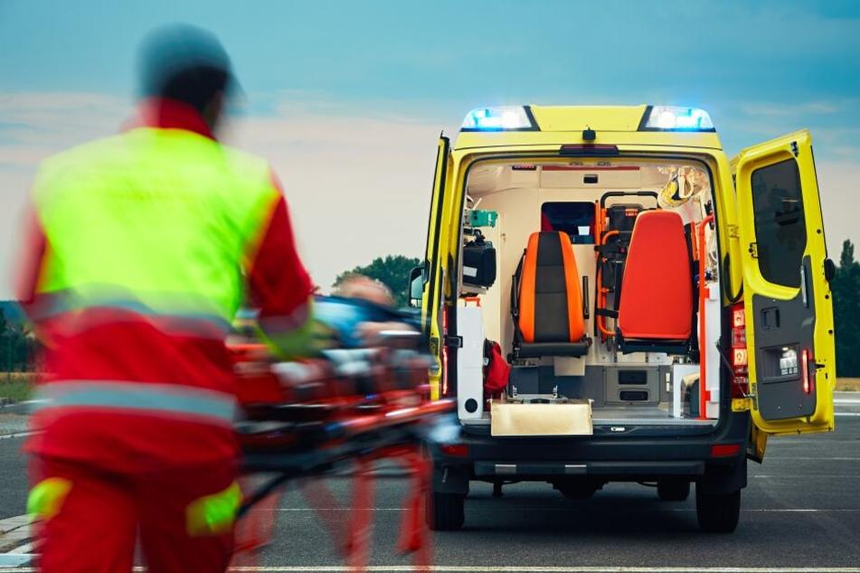 Ein Radfahrer musste ins Krankenhaus gebracht werden. (Symbolbild)