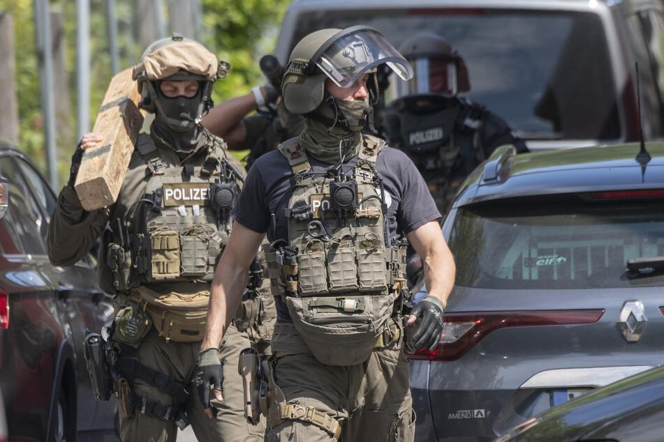 Ein Spezialeinsatzkommando nahm den 57-Jährigen fest, dabei wurde dieser leicht verletzt (Symbolbild).