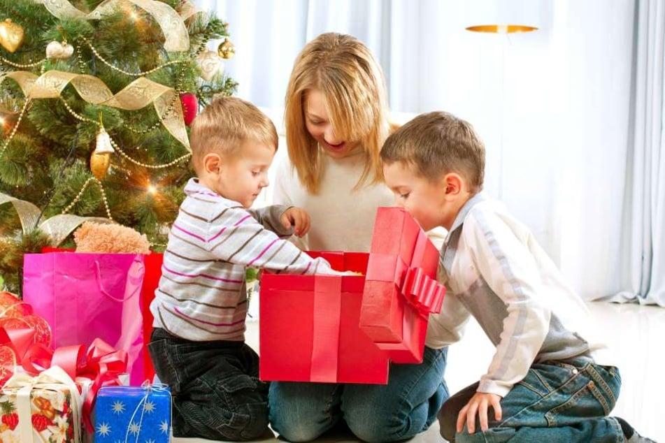 Für strahlende Kinderaugen am Weihnachtsabend geben Eltern gerne mehrere hundert Euro aus. (Symbolbild)